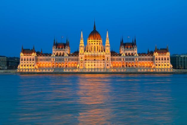 Edificio del parlamento en budapest, hungría, en la noche Foto Premium