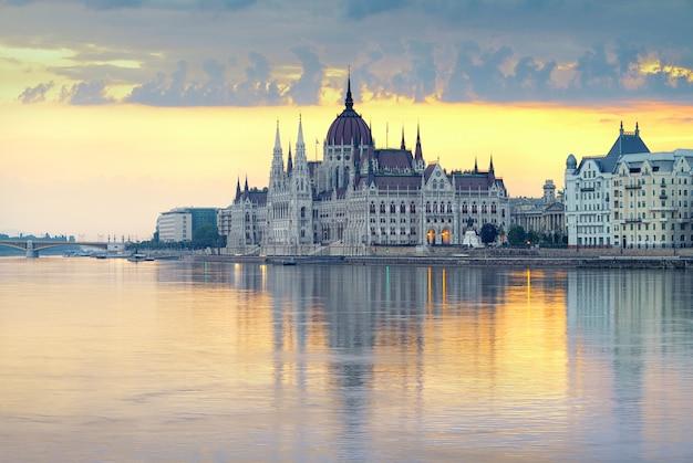 Edificio del parlamento en budapest, hungría Foto Premium