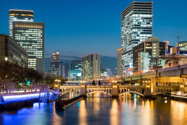 e5cefebc7d3f Edificio de rascacielos de osaka en el distrito de nakanoshima en la noche  en osaka, japón | Descargar Fotos premium