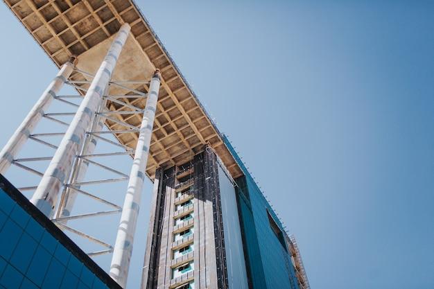 Edificio sin terminar, foto de rascacielos sobre fondo de cielo Foto Premium
