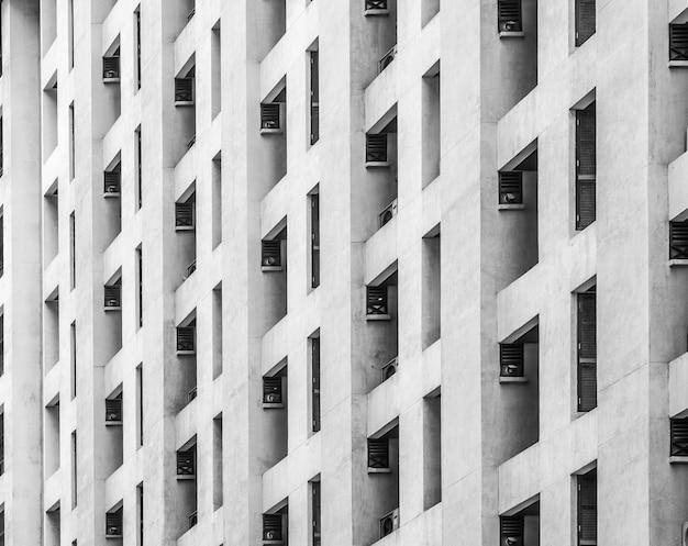 Edificio de ventanas residenciales en color blanco y negro. Foto Premium