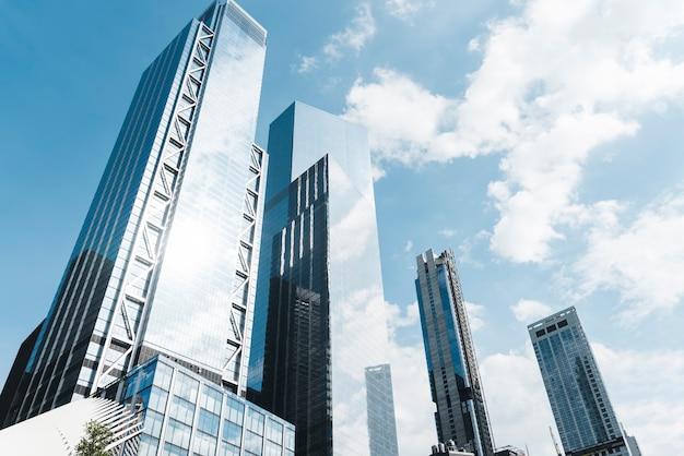 Edificios de ángulo bajo en un día soleado Foto gratis