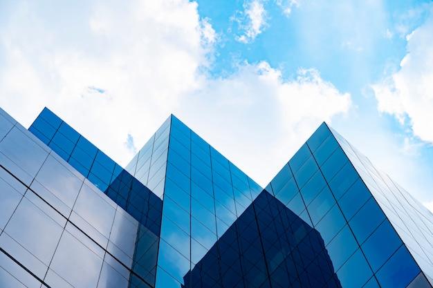 Edificios modernos con cielo azul y nubes en un día soleado Foto Premium
