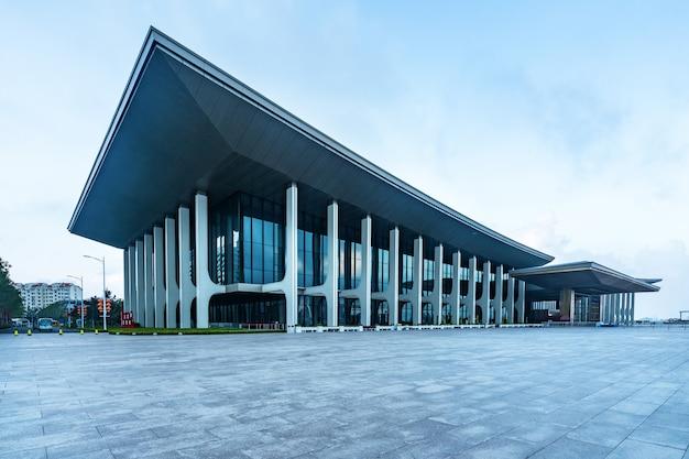 Edificios modernos de la ciudad en plazas Foto Premium