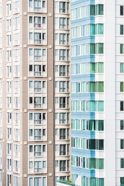 Edificios modernos con fachadas marrones y blancas for Fachadas de edificios modernos