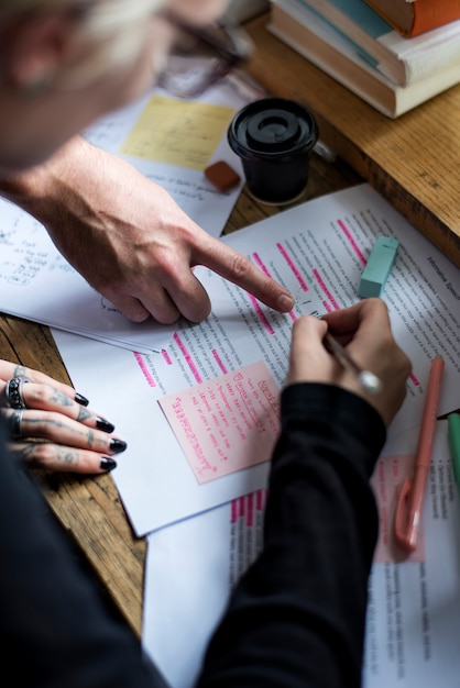 Editor revisando palabras en artículos de revistas antes de publicar Foto gratis
