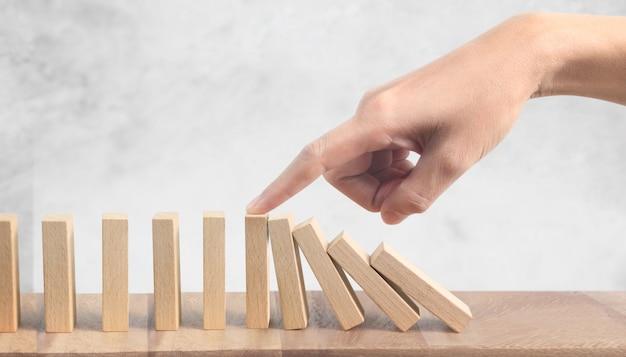 El efecto de mano y dominó se detuvo con un dedo Foto Premium
