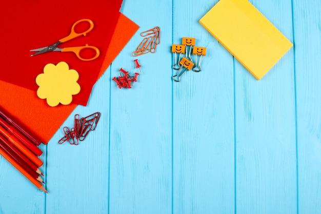 Efectos de escritorio rojos y anaranjados en fondo de madera azul. Foto Premium