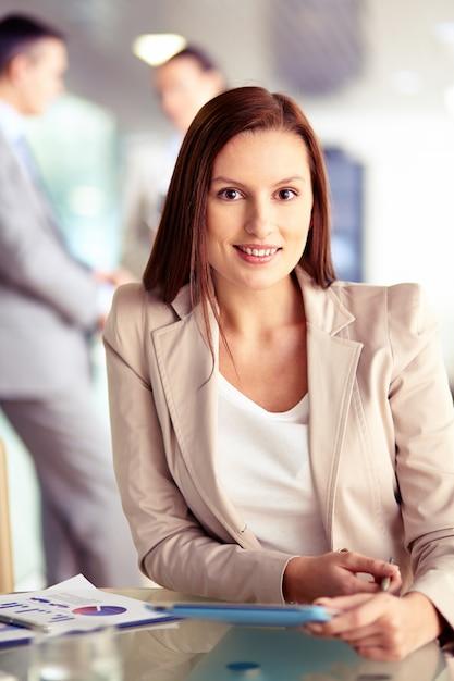 Ejecutiva trabajando en una oficina ocupada descargar for Oficina ejecutiva