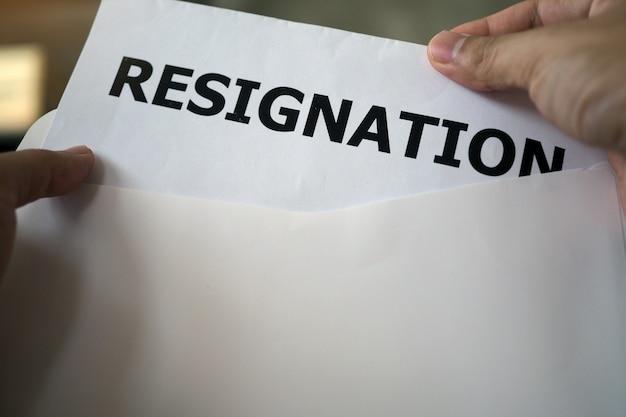 Los ejecutivos están abriendo la carta de renuncia del personal. Foto Premium