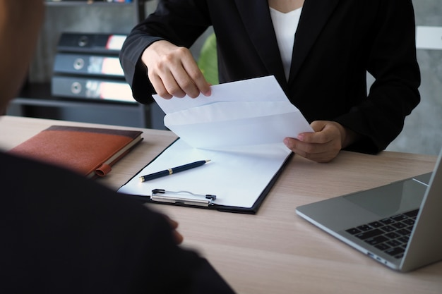 Los ejecutivos están abriendo el sobre de renuncia del personal. Foto Premium