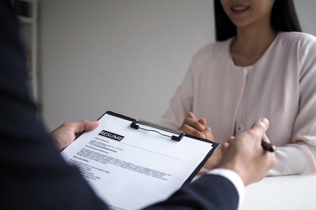 Los ejecutivos están entrevistando a los candidatos. centrándose en consejos para escribir currículums, calificaciones de solicitantes, habilidades para entrevistas y preparación previa a la entrevista. consideraciones para nuevos empleados Foto Premium