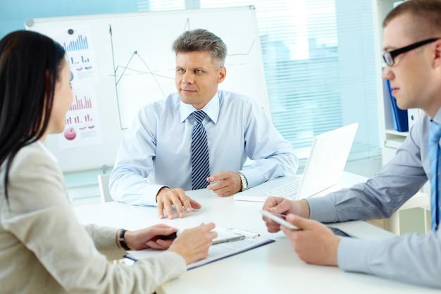 Ejecutivos hablando de una estrategia comercial Foto Gratis