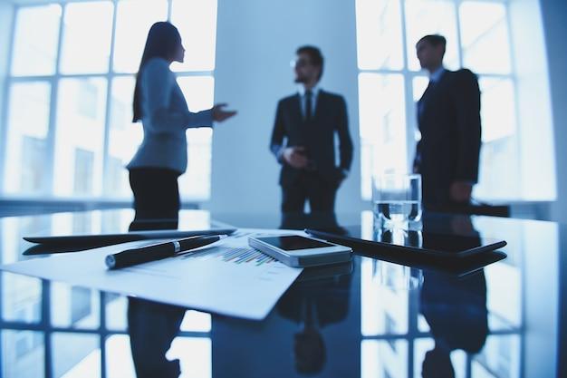 Ejecutivos negociando en una reunión Foto gratis