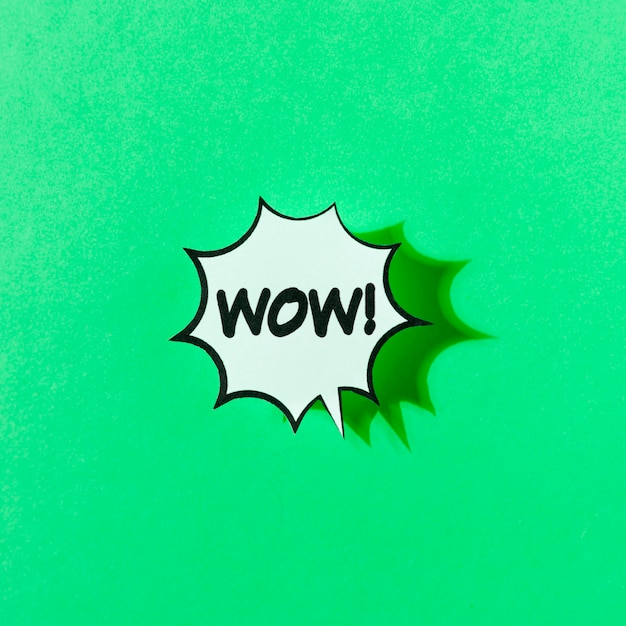 Ejemplo retro del arte pop de la palabra del wow en fondo verde Foto gratis