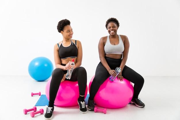 Ejercicio físico con pelotas de fitness Foto gratis