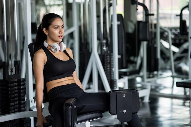 Ejercicio de piernas musculares con aparatos en el gimnasio Foto Premium