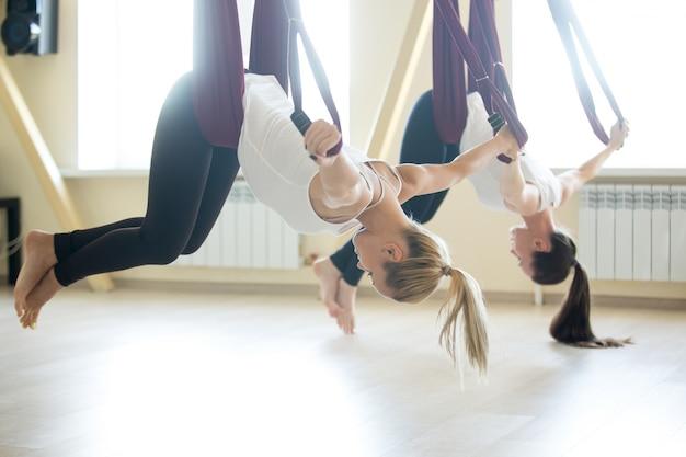 Ejercicio de yoga aéreo Foto gratis
