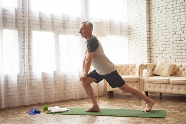 Ejercicios de estocada en el estiramiento de los músculos de las piernas. Foto Premium