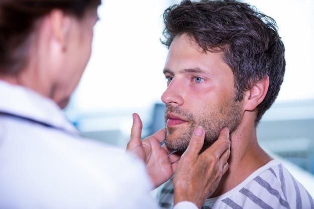 El doctor examina a un paciente Foto Gratis