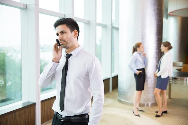 El hombre de negocios hablando por tel fono en la oficina descargar fotos gratis - Telefono de oficina de ryanair ...