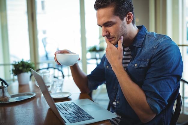 """Expresa tu momento """" in situ """" con una imagen - Página 2 El-hombre-usando-la-computadora-portatil-mientras-que-el-cafe_1170-729"""