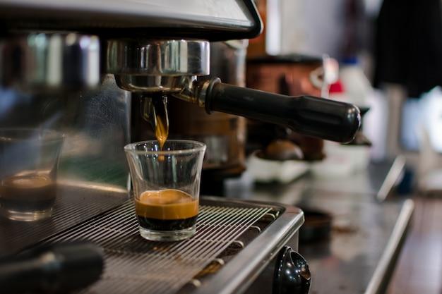 Elaboración profesional de cerveza - detalles de cafetería. Foto Premium