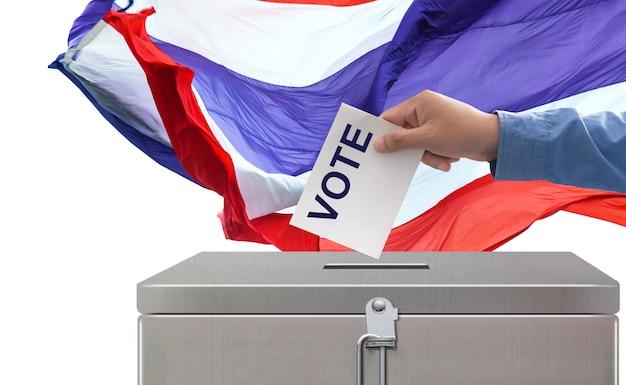 Elecciones en tailandia, concepto de democracia y elecciones del hand voting paper de votación Foto Premium