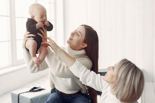 Elegante abuela en casa con hija y nieta Foto gratis