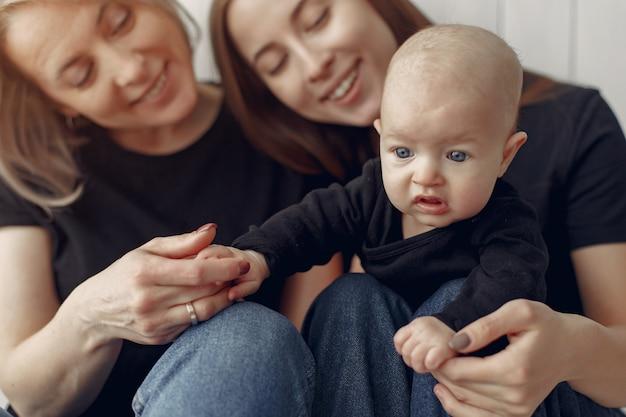 Elegante abuela en casa con hija y nieto Foto gratis