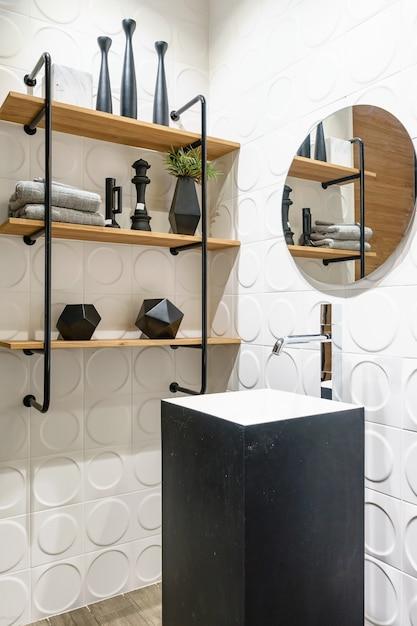 Espejos Redondos Lavabo.Elegante Bano De Madera Con Espejo Redondo Y Lavabo Sobre
