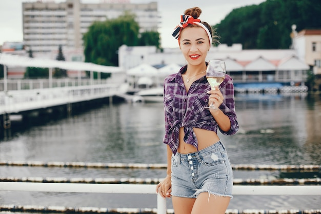 Elegante chica pin up con la vid Foto gratis