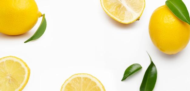Elegante composición de juego de limones sobre una superficie blanca Foto gratis