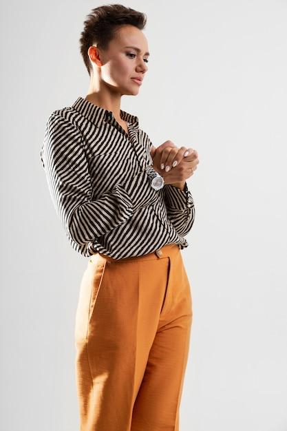 Elegante Dama Vestida Con Pantalones Clasicos Y Una Camisa En Blanco Foto Premium