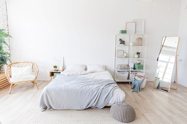 Elegante dormitorio moderno con cama grande. Foto Premium