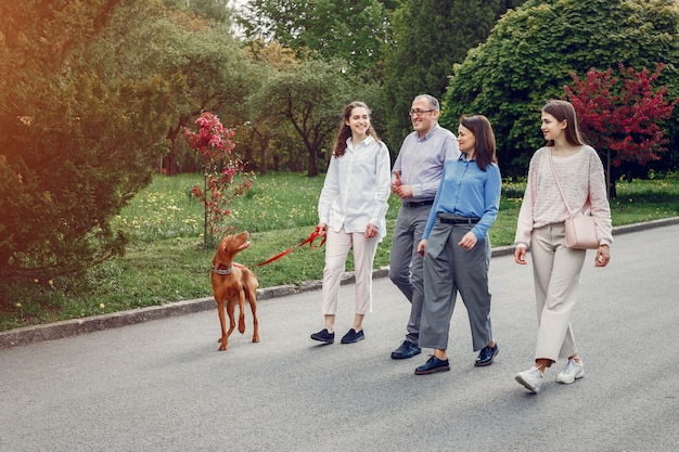Elegante familia pasar tiempo en un parque de verano Foto gratis