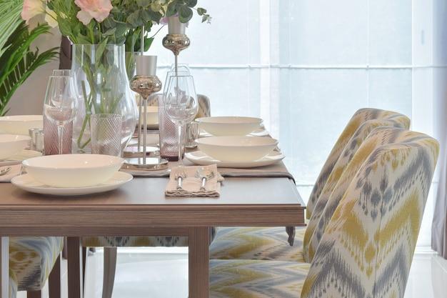 Elegante juego de comedor con silla clásica. Foto Premium