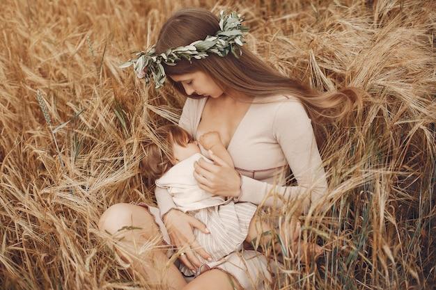 Elegante madre con linda hijita en un campo Foto gratis