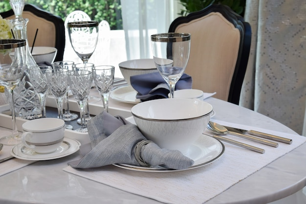 Elegante mesa puesta en mesa de comedor de mármol en ...