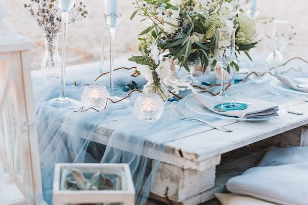 Elegante mesa en tonos azules para una boda en la playa. Foto Premium