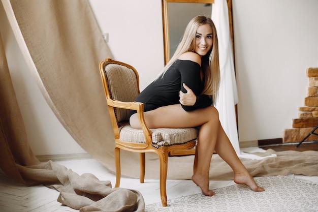 Elegante mujer con cabello rubio sentado Foto gratis