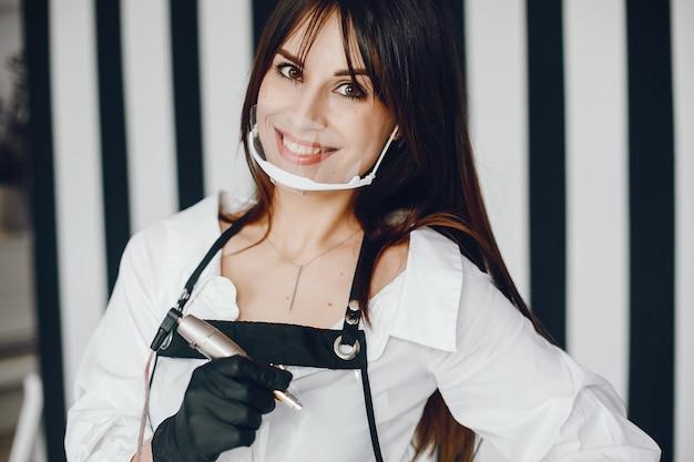 Elegante mujer con herramienta para cejas. Foto gratis