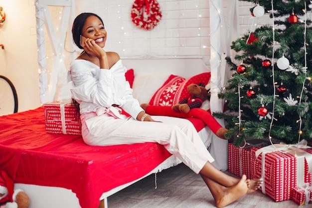 Elegante niña negra en las decoraciones navideñas Foto gratis