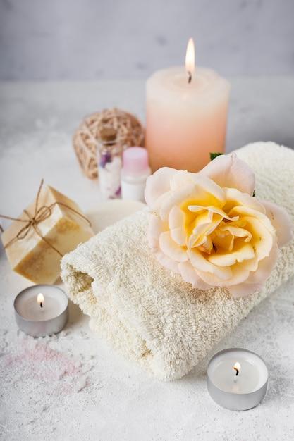 Elegante paquete de spa con productos perfumados Foto gratis