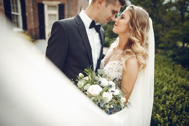 Elegante pareja de boda Foto gratis