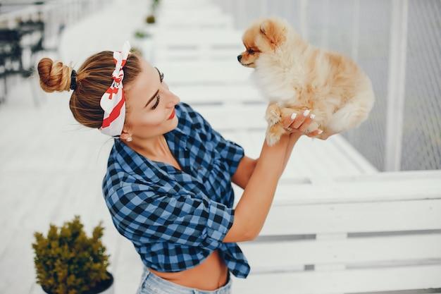 Elegante pin up girl con el perrito. Foto gratis