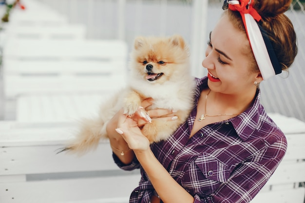 Elegante pin up girl con el perrito. Foto gratis