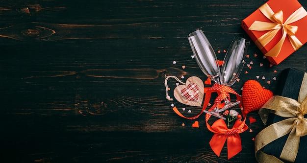Elementos de amor, concepto para el día de san valentín. cena de gala para dos con dos copas de champán. Foto Premium