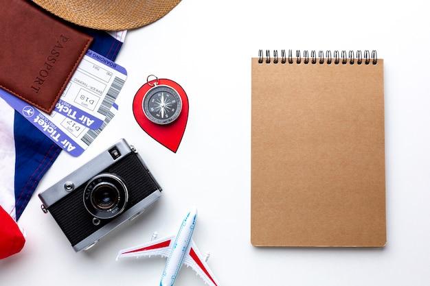 Elementos del kit de viaje de vista superior Foto gratis