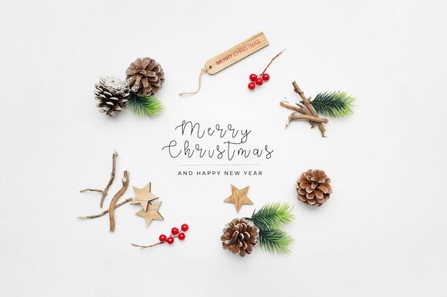 Elementos navideños en mesa blanca Foto gratis